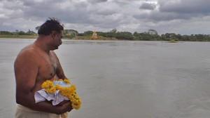 تصویر1: مرد هندو که در دستان خویش خاکستر همسرش را دارد، که آماده وداع با او و انداختن خاکسترش در آب مقدس است. عکاس : جلال جعفرپور سال 1392 - هند، میسور