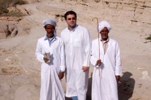 جلال جعفرپور(نفر میانی) به همراه برگزارکنندگان مراسم احتال در بیابانهای اطراف بندر عباس