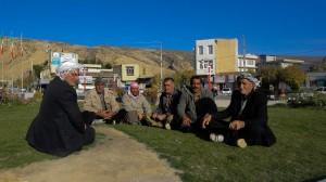 تعدادی از مردان شهر ایوان با پوشش محلی